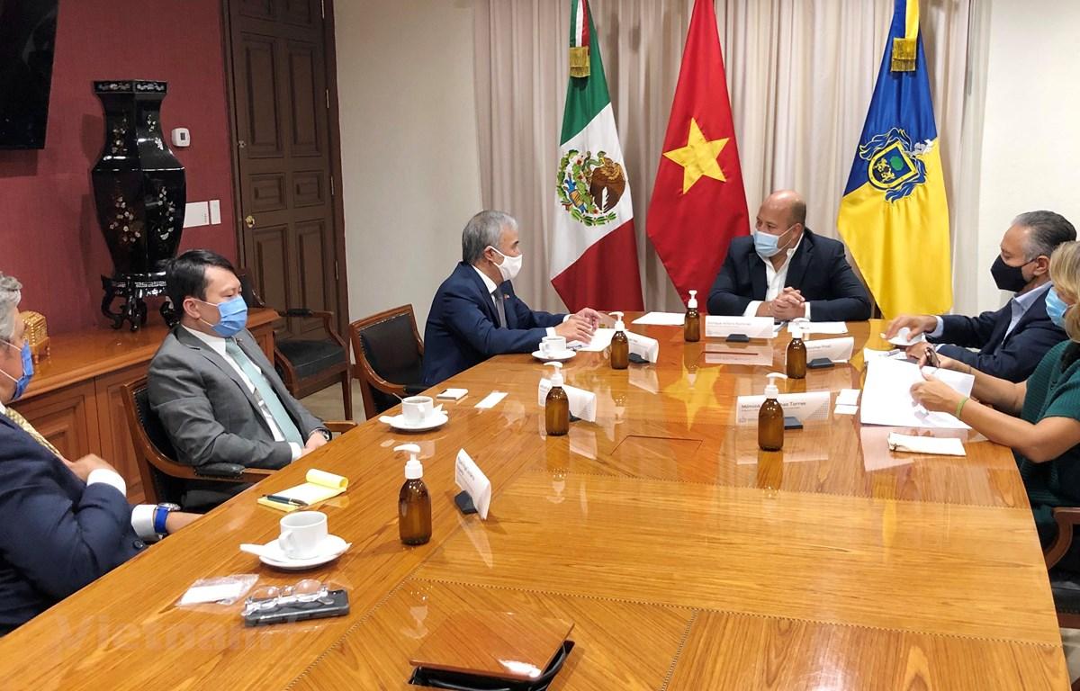 Toàn cảnh cuộc gặp giữa Đại sứ Nguyễn Hoài Dương và Thống đốc Enrique Alfaro Ramírez. (Ảnh: Việt Hùng/Vietnam+)