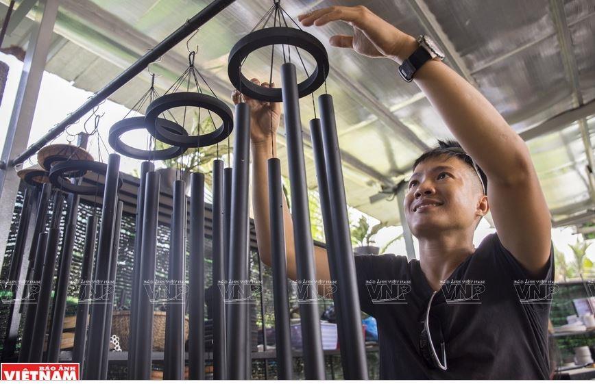 Xưởng chuông của Đức Trần hiện nay có rất nhiều loại chuông gió với kích thước và âm thanh riêng biệt. (Ảnh: Thông Hải)