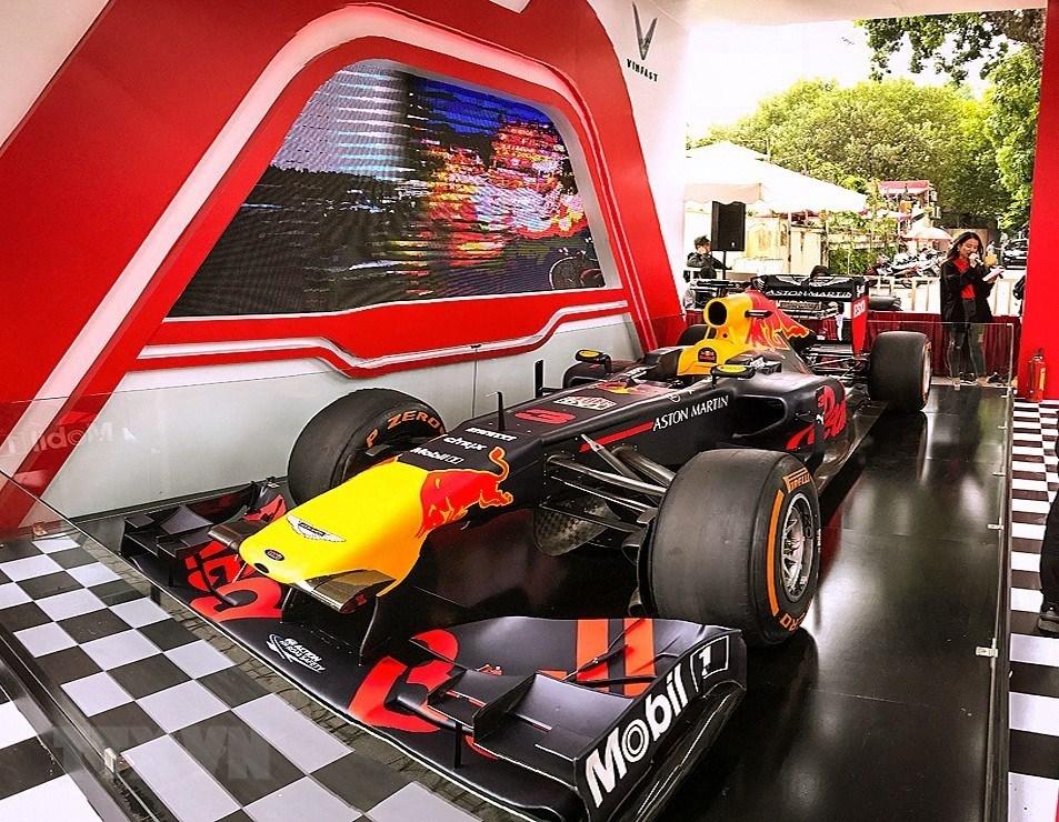 [ẢNH] Cận cảnh siêu xe đua F1 ra mắt tại Hoàng thành Thăng Long