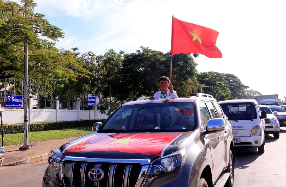 [ẢNH] Vientiane nóng rực vì sắc đỏ cổ động viên Việt Nam
