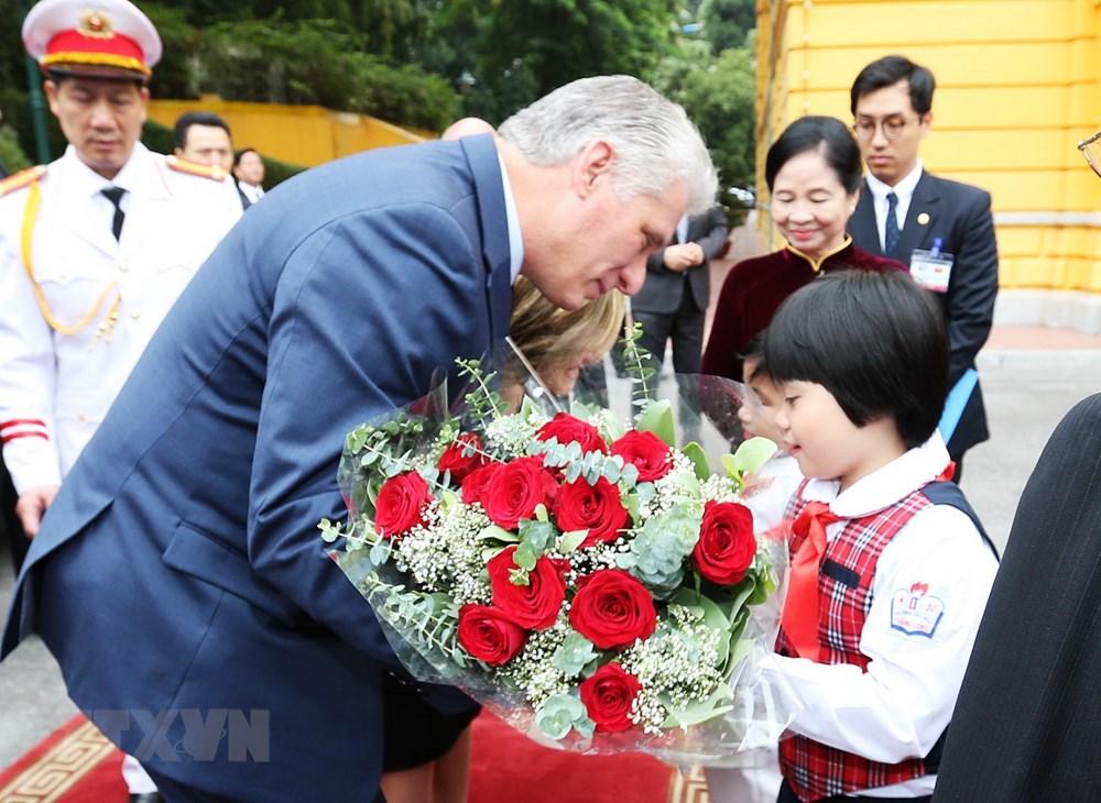 Thiếu nhi Thủ đô Hà Nội tặng hoa chào mừng Chủ tịch Cuba Miguel Mario Díaz-Canel Bermúdez và Phu nhân thăm hữu nghị chính thức Việt Nam. Ảnh: Trí Dũng/TTXVN