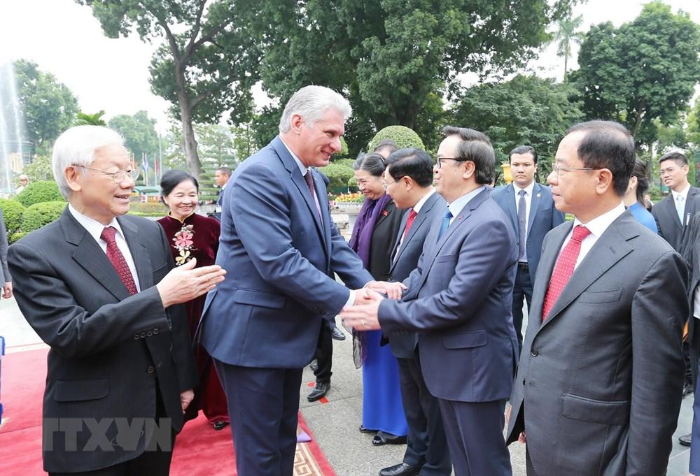 Tổng Bí thư, Chủ tịch nước Nguyễn Phú Trọng giới thiệu với Chủ tịch Cuba Miguel Mario-Diáz Canel Bermúdez thành phần đại biểu chính thức của Việt Nam tham dự lễ đón. (Ảnh: Trí Dũng/TTXVN)