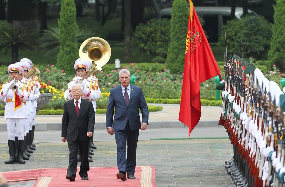 Tổng Bí thư, Chủ tịch nước Nguyễn Phú Trọng và Chủ tịch Cuba Miguel Mario Díaz-Canel Bermúdez duyệt Đội danh dự Quân đội nhân dân Việt Nam. (Ảnh: Lâm Khánh/TTXVN)