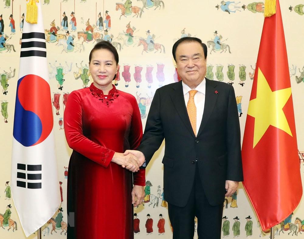 Chủ tịch Quốc hội Hàn Quốc Moon Hee-sang đón Chủ tịch Quốc hội Nguyễn Thị Kim Ngân tại Trụ sở Quốc hội Hàn Quốc ở Thủ đô Seoul. Ảnh: Trọng Đức/TTXVN)