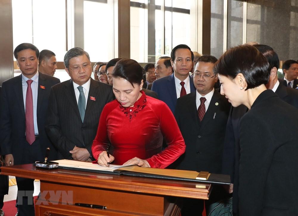 Chủ tịch Quốc hội Nguyễn Thị Kim Ngân ghi sổ lưu niệm tại Trụ sở Quốc hội Hàn Quốc ở Thủ đô Seoul. Ảnh: Trọng Đức/TTXVN