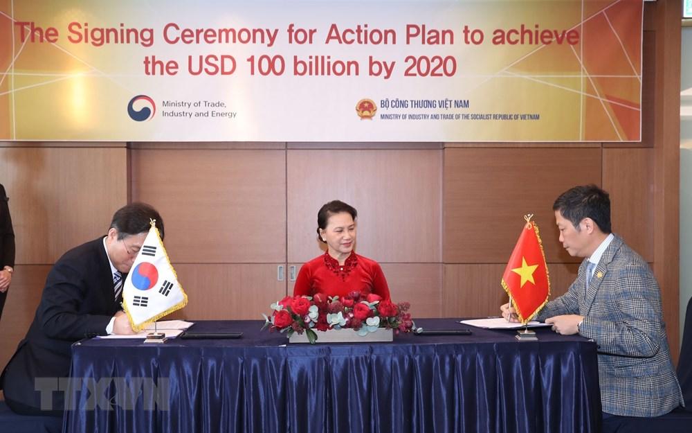 Chủ tịch Quốc hội Nguyễn Thị Kim Ngân đến dự và chứng kiến lễ ký chương trình hành động giữa Bộ Công Thương Việt Nam và Bộ Công nghiệp, Thương mại và Tài nguyên Hàn Quốc. (Ảnh: Trọng Đức/TTXVN)