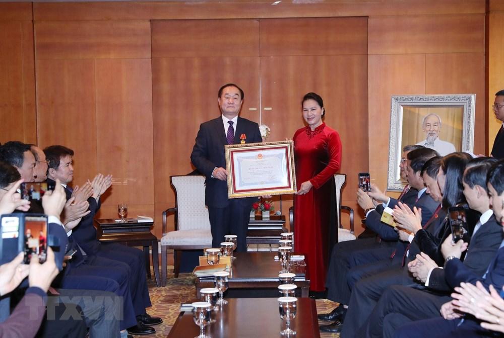Chủ tịch Quốc hội Nguyễn Kim Thị Ngân tiếp và trao Huân chương Hữu nghị cho Giáo sư Ahn Kyong Hwan, Chủ tịch Hội nghiên cứu Việt Nam học tại Hàn Quốc. Ảnh: Trọng Đức/TTXVN