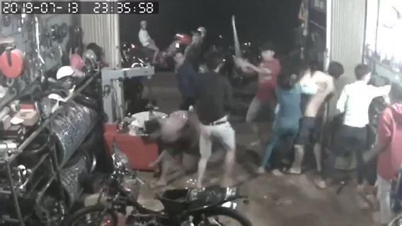 Truy tìm nhóm côn đồ nửa đêm xông vào nhà dân đánh người