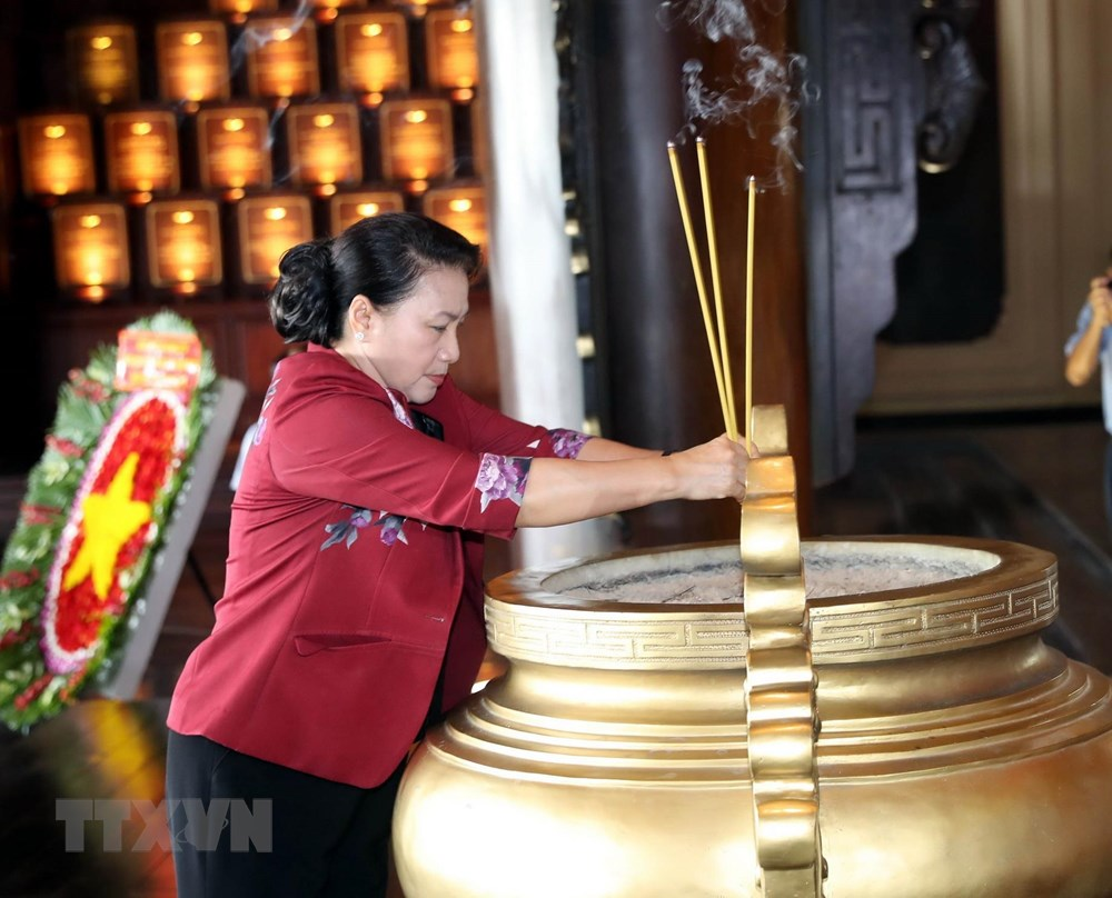 Chủ tịch Quốc hội tưởng niệm các anh hùng, liệt sỹ tại TP HCM - 1