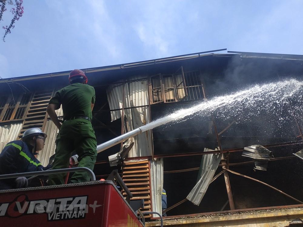 Cháy kho Công ty Rạng Đông: Di chuyển hơn 200 người dân trong đêm - 1