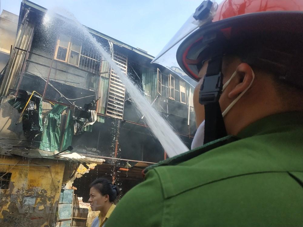 Cháy kho Công ty Rạng Đông: Di chuyển hơn 200 người dân trong đêm - 2