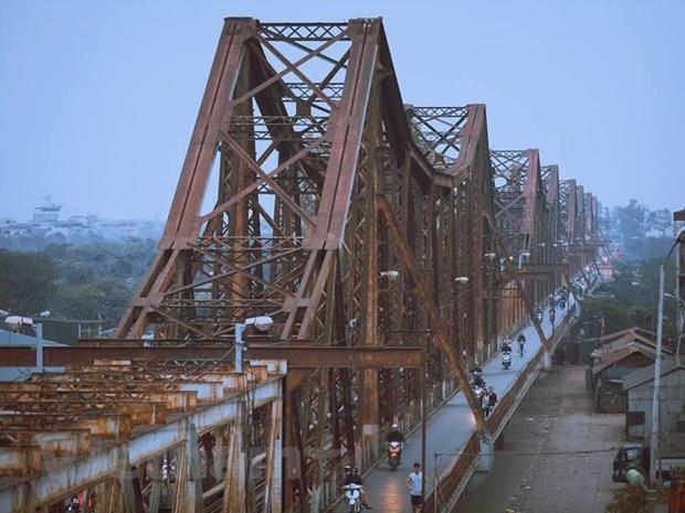 Xe ôtô 7 chỗ ngang nhiên đi trên cầu Long Biên