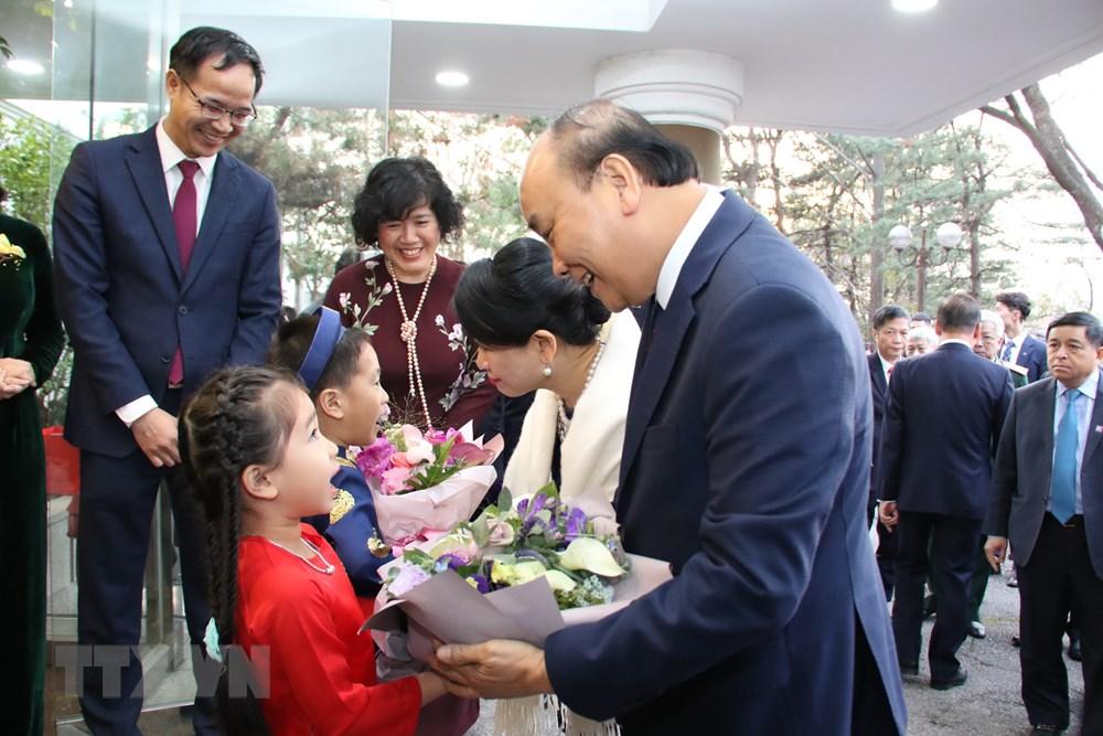Thủ tướng Nguyễn Xuân Phúc đến thăm Đại sứ quán Việt Nam tại Hàn Quốc - 1