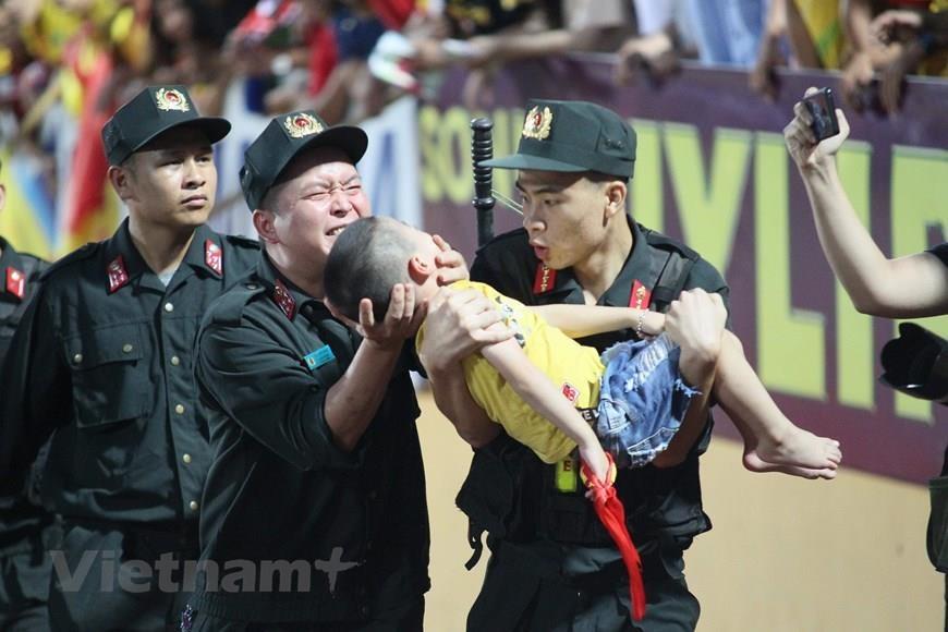 Biểu dương cảnh sát cứu cháu bé bị co giật trên sân Thiên Trường