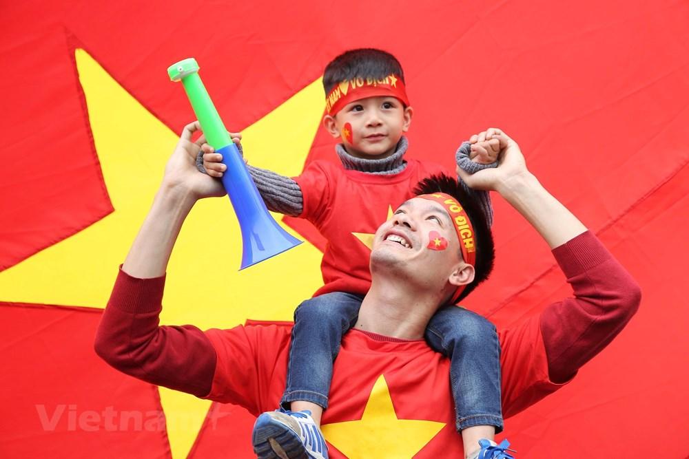 [ẢNH] Người hâm mộ háo hức chờ đón đội tuyển Việt Nam trở về - 13