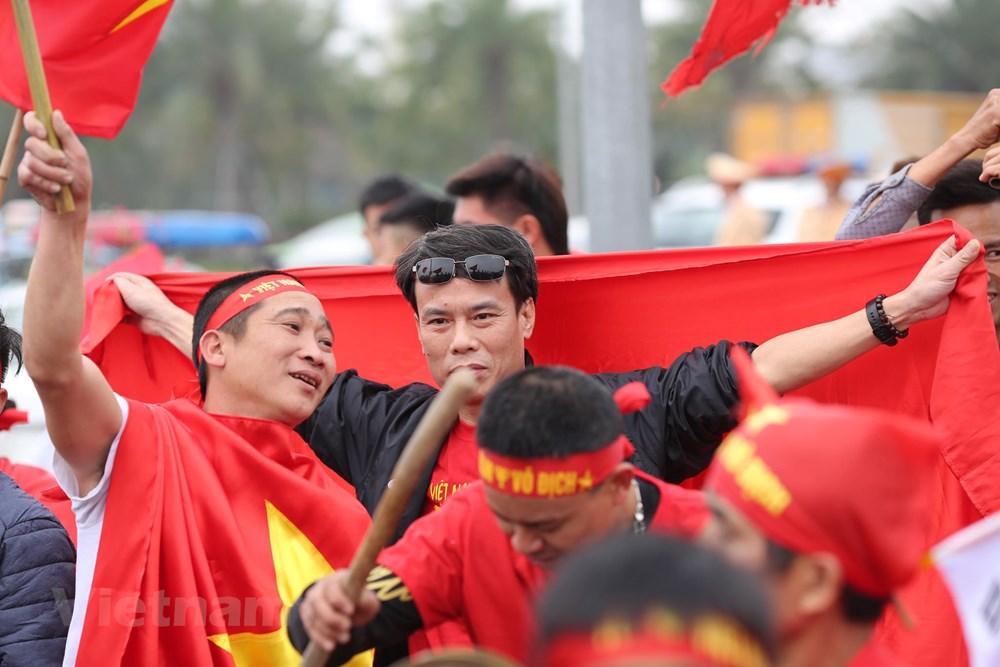 [ẢNH] Người hâm mộ háo hức chờ đón đội tuyển Việt Nam trở về - 3