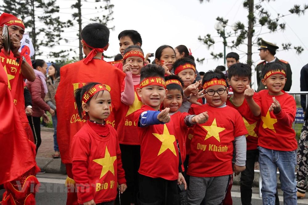 [ẢNH] Người hâm mộ háo hức chờ đón đội tuyển Việt Nam trở về - 7