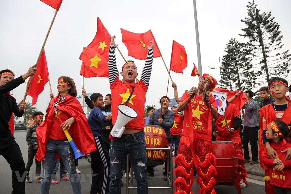 [ẢNH] Người hâm mộ háo hức chờ đón đội tuyển Việt Nam trở về - 10