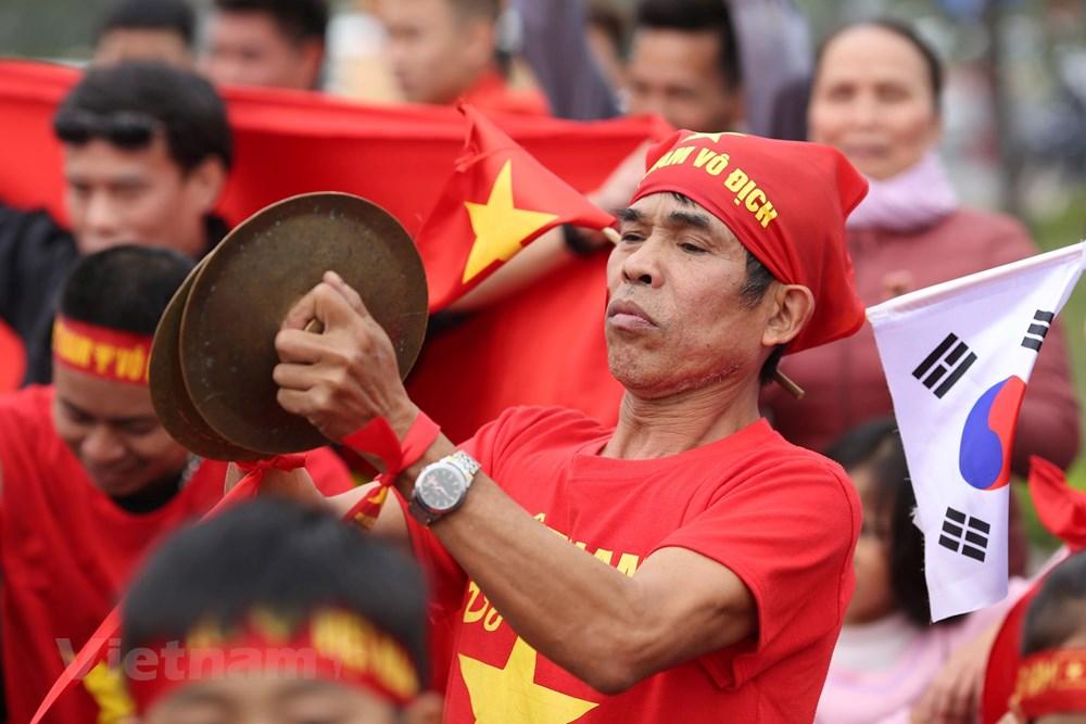 [ẢNH] Người hâm mộ háo hức chờ đón đội tuyển Việt Nam trở về - 11