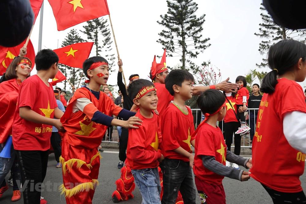 [ẢNH] Người hâm mộ háo hức chờ đón đội tuyển Việt Nam trở về - 9