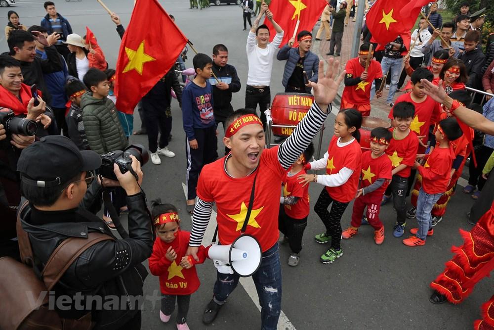 [ẢNH] Người hâm mộ háo hức chờ đón đội tuyển Việt Nam trở về - 12