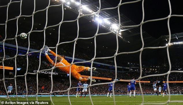 Kompany lập siêu phẩm, Man City áp sát ngôi vương Premier League - 1