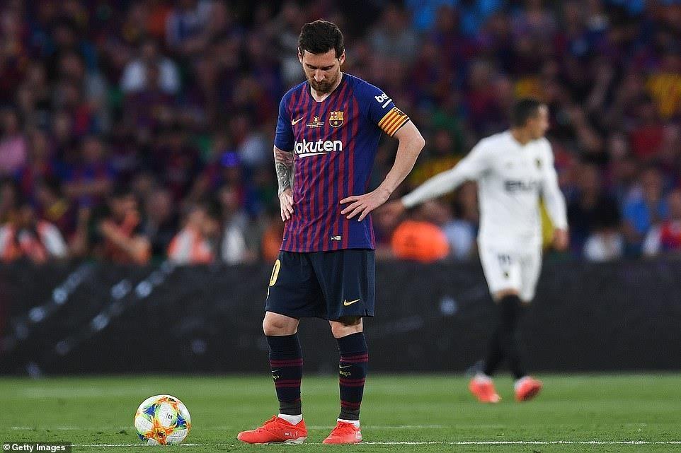 Messi ghi bàn, Barcelona vẫn phải ngậm ngùi nhìn Valencia nâng cúp - 1