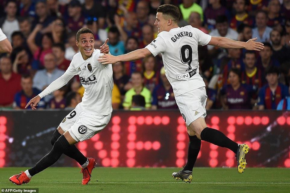Messi ghi bàn, Barcelona vẫn phải ngậm ngùi nhìn Valencia nâng cúp - 2