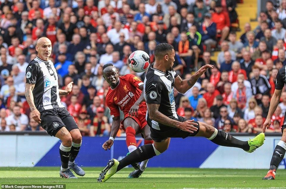 Thắng ngược Newcastle, Liverpool xây chắc ngôi đầu Premier League - 2