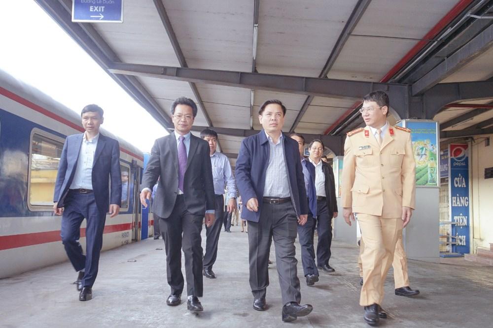 Bộ trưởng GTVT: Không để thiếu tàu, xe để chở người dân về quê ăn Tết - 1