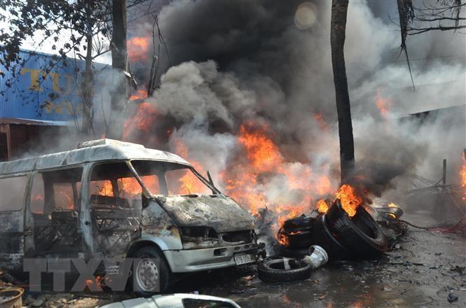 Hàng trăm chiếc lốp xe ôtô cũ bén lửa bốc cháy dữ dội giữa khu dân cư - 1