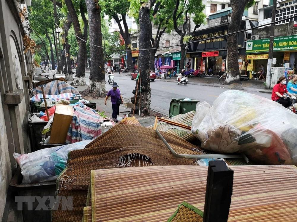 [ẢNH] Rác sinh hoạt ùn ứ hàng dài trên nhiều tuyến phố Hà Nội