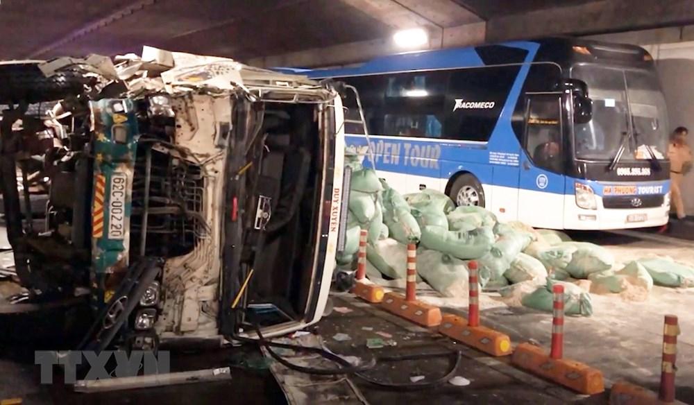 TP HCM: Xe tải đâm xe khách rồi tông vào vách hầm sông Sài Gòn