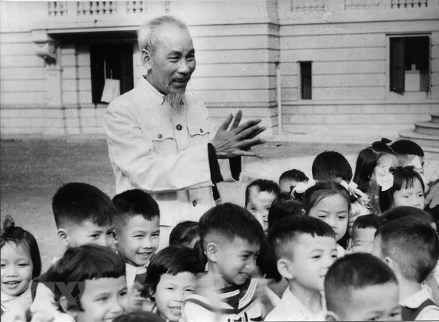 [Photo] Chu tich Ho Chi Minh: Nguoi Bac kinh yeu vo cung cua thieu nhi hinh anh 1