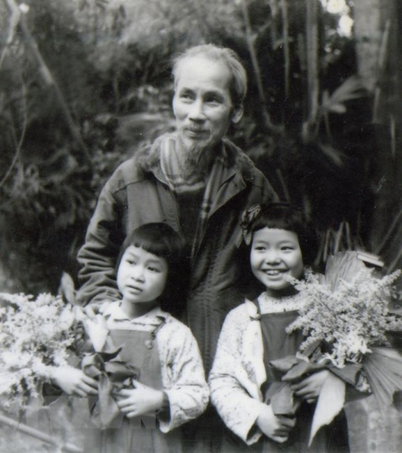[Photo] Chu tich Ho Chi Minh: Nguoi Bac kinh yeu vo cung cua thieu nhi hinh anh 11