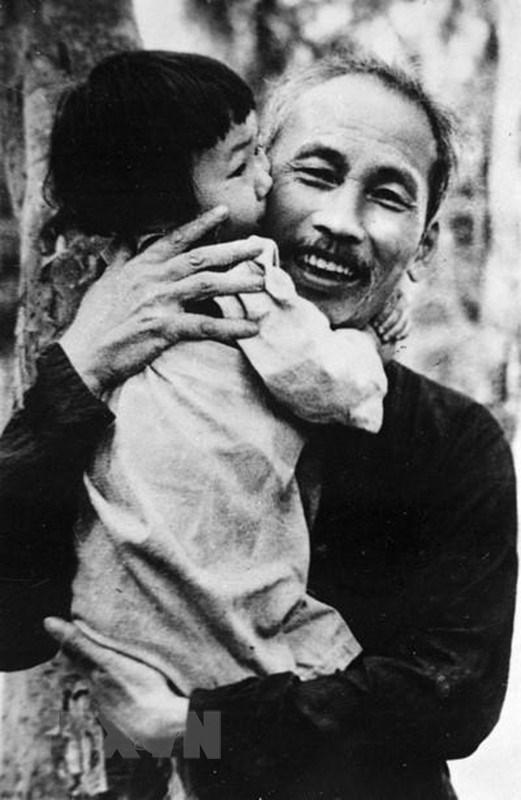 [Photo] Chu tich Ho Chi Minh: Nguoi Bac kinh yeu vo cung cua thieu nhi hinh anh 12