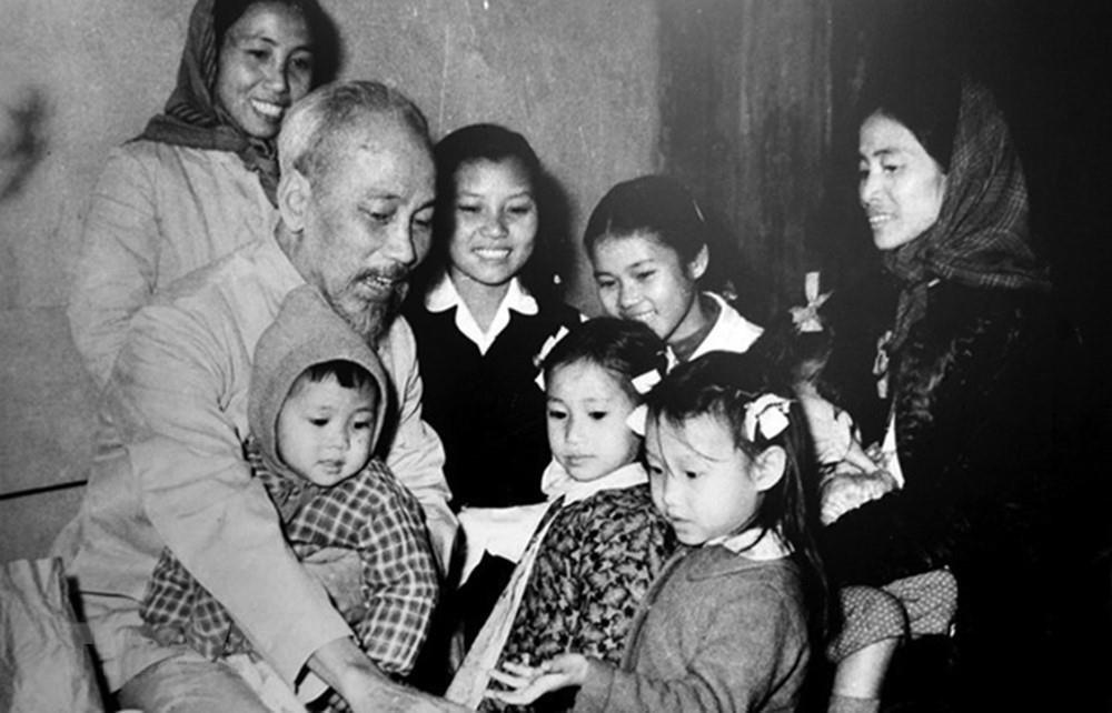 [Photo] Chu tich Ho Chi Minh: Nguoi Bac kinh yeu vo cung cua thieu nhi hinh anh 13