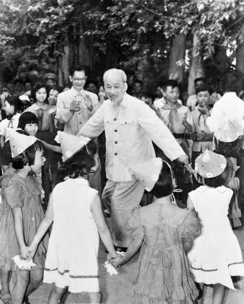[Photo] Chu tich Ho Chi Minh: Nguoi Bac kinh yeu vo cung cua thieu nhi hinh anh 14