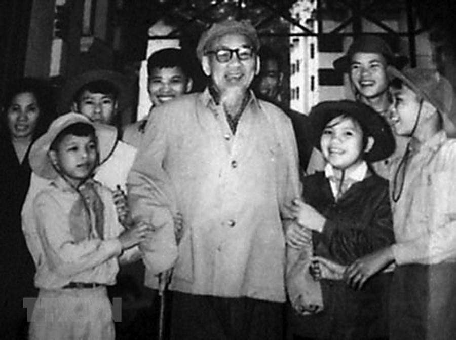 [Photo] Chu tich Ho Chi Minh: Nguoi Bac kinh yeu vo cung cua thieu nhi hinh anh 15