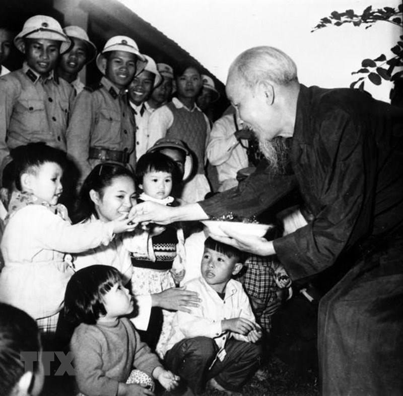 [Photo] Chu tich Ho Chi Minh: Nguoi Bac kinh yeu vo cung cua thieu nhi hinh anh 17