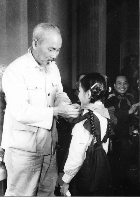 [Photo] Chu tich Ho Chi Minh: Nguoi Bac kinh yeu vo cung cua thieu nhi hinh anh 2