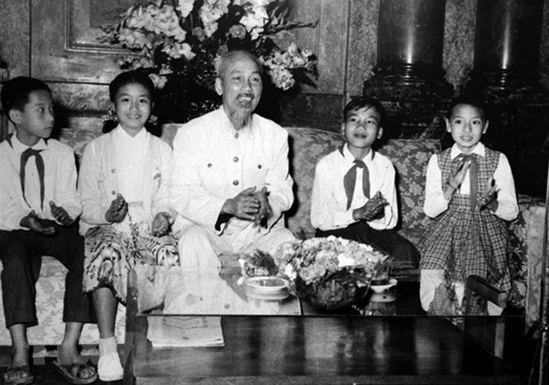 [Photo] Chu tich Ho Chi Minh: Nguoi Bac kinh yeu vo cung cua thieu nhi hinh anh 3