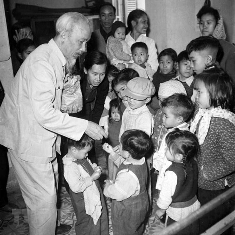 [Photo] Chu tich Ho Chi Minh: Nguoi Bac kinh yeu vo cung cua thieu nhi hinh anh 4
