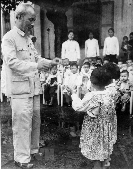 [Photo] Chu tich Ho Chi Minh: Nguoi Bac kinh yeu vo cung cua thieu nhi hinh anh 8