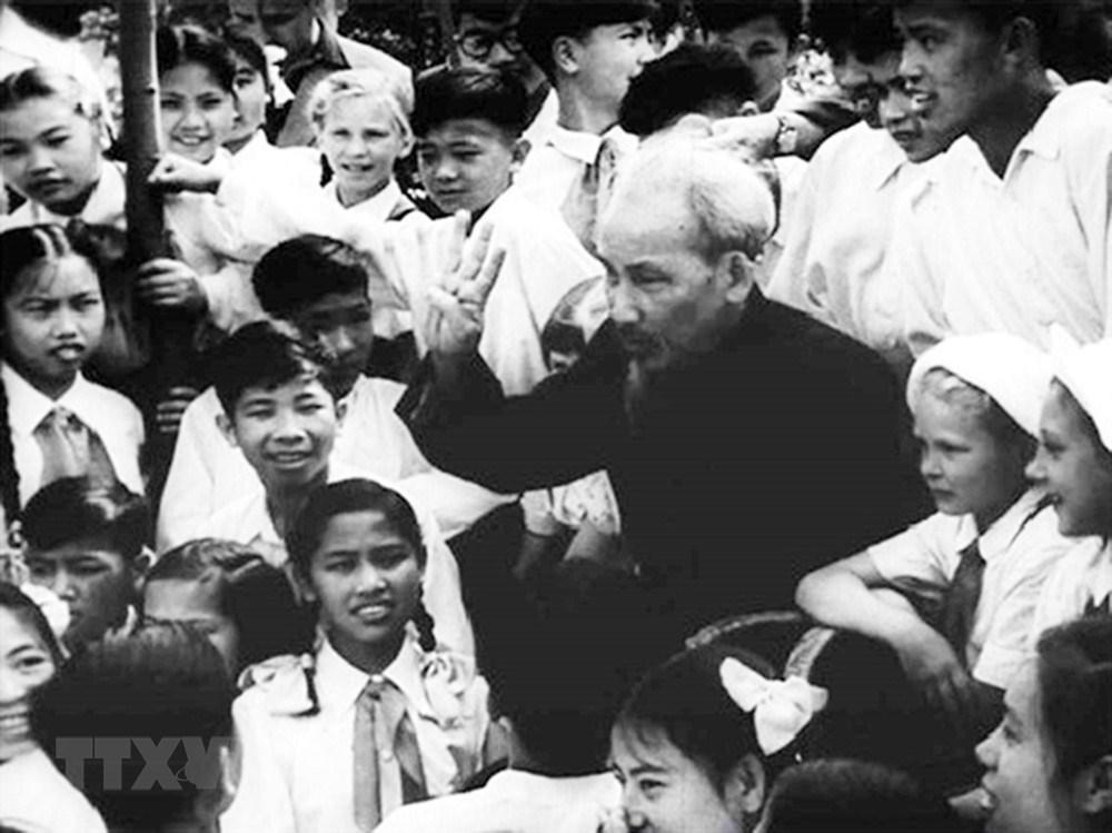 [Photo] Chu tich Ho Chi Minh: Nguoi Bac kinh yeu vo cung cua thieu nhi hinh anh 9