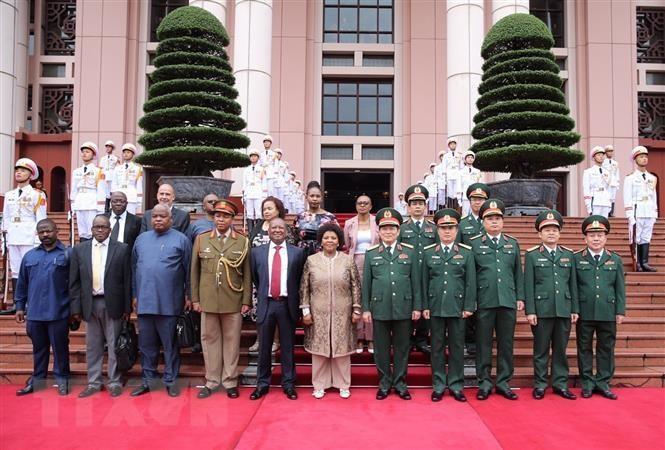 Bộ trưởng Bộ Quốc phòng Nam Phi thăm chính thức Việt Nam - 1