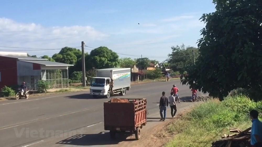 Nam thanh niên nghi ngáo chặn xe, đập phá gây náo loạn đường phố