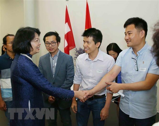Phó Chủ tịch nước gặp gỡ sinh viên, trí thức người Việt tại Thụy Sĩ - 1
