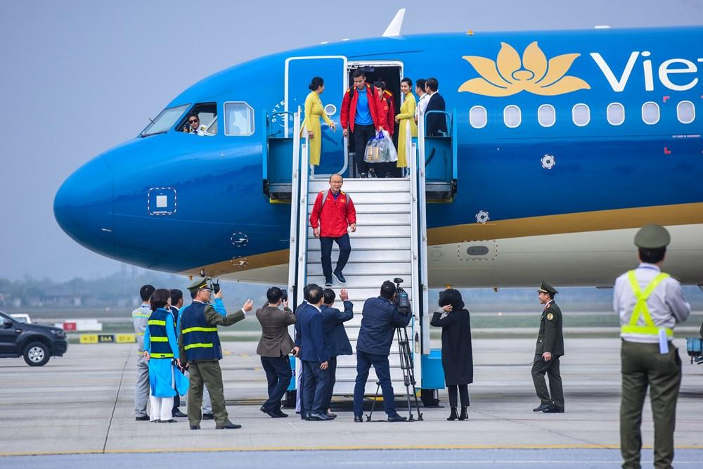 [ẢNH] Tuyển Việt Nam về nước trong sự chào đón cuồng nhiệt của người hâm mộ