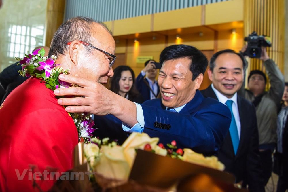 [ẢNH] Tuyển Việt Nam về nước trong sự chào đón cuồng nhiệt của người hâm mộ - 7